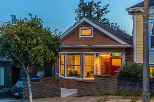 這棟1906年大地震後所建的難民棚屋(shack),原來只有700平方呎,2013年時仍只售82萬元,但現在翻新和擴建之後(但保持原來的外型),開價248萬5000元。(房地產公司提供)