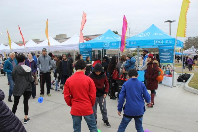 休士頓中華文化中心9日上午舉行農曆新年園遊會,現場人山人海,氣氛相當熱鬧。(記者郭宗岳/攝影)