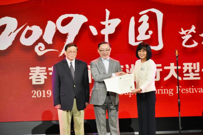 萨拉度加市议员赵嬿(右)向中国艺术家代表团团长王建光(中)和承办单位美国华人票房文化传播公司总裁、北加州华体会创办人戴锜(左)颁发感谢状。(记者黄少华/摄影)