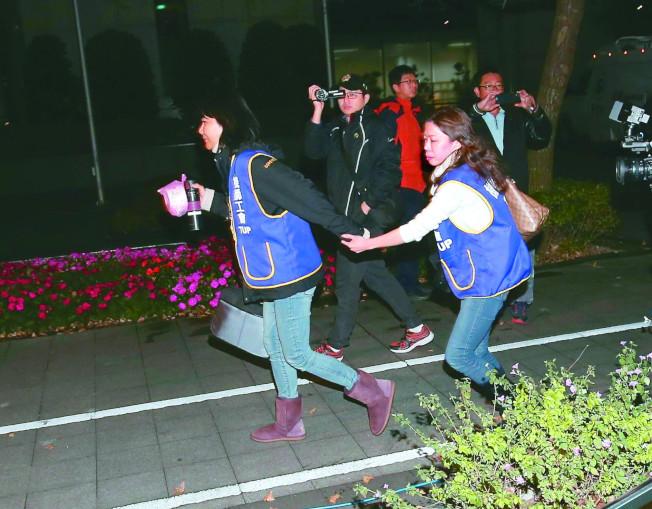 華航勞資協商仍無結果,要擇期再討論。機師工會理事長李信燕(右)與常務理事陳蓓蓓(左)9日晚協商結束後,生氣地離開跑出交通部。(記者林澔一/攝影)