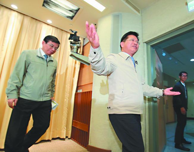 華航機師罷工經六個多小時勞資協商,仍無結論,交通部長林佳龍(右)9日晚10時舉行記者會,指協商氣氛良好,盼勞資雙方盡快達成共識,結束罷工。(記者林澔一/攝影)