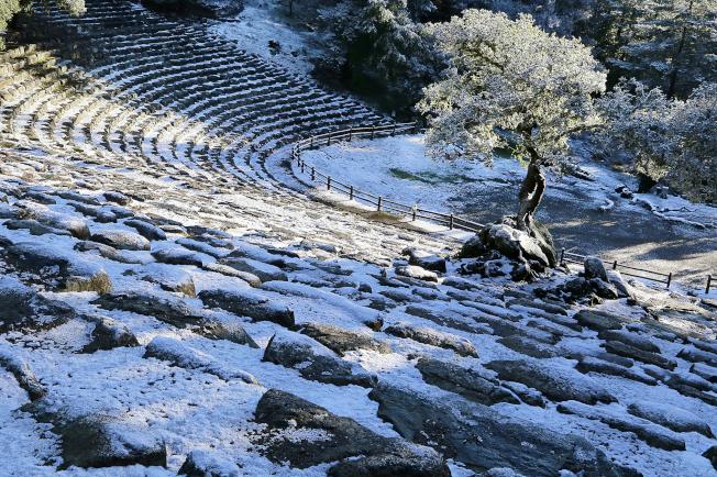 北灣馬連縣塔瑪派斯山公園,本周二(5日)滿地積雪。氣象局說,周日(10日)清晨,塔瑪派斯山將會再下雪。(美聯社)