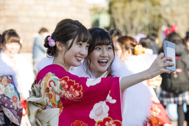 年輕女性喜歡自拍留影。(新華社)