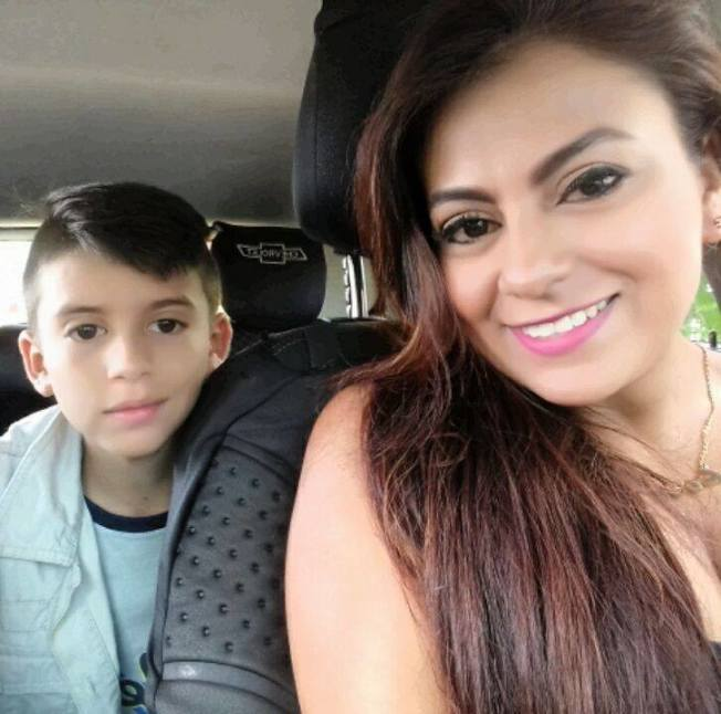 哥倫比亞一名單親媽媽克魯茲,因遭債主趕出家門、走投無路,在6日抱著10歲兒子跳橋輕生;一旁哀求這名母親不要想不開的警察,也因為無法成功挽救母子性命,當場崩潰痛哭;當局目前正持續調查這起案件,並查自殺及謀殺案的方向偵辦。圖片擷取Facebook/Ondas de Ibague