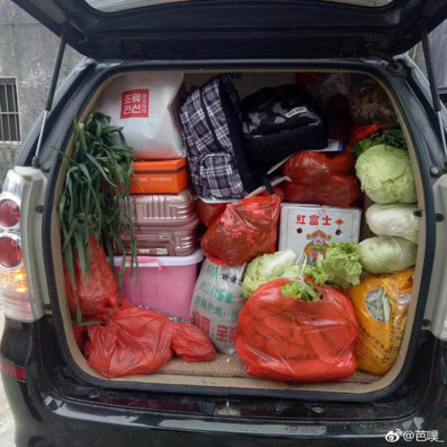 春節長假終於結束,大陸不少網友這兩天紛紛在網路上「曬」出自己的後車廂、行李箱到底都被父母塞了些什麼東西。(網路相片)