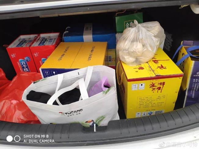 春节长假终于结束,大陆不少网友这两天纷纷在网路上「晒」出自己的后车厢、行李箱到底都被父母塞了些什么东西。(网路相片)