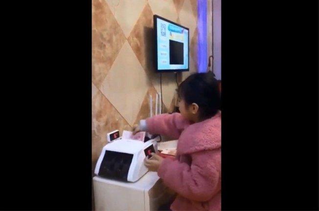 女童紅包領太多,竟要出動點鈔機數鈔。圖擷自YouTube