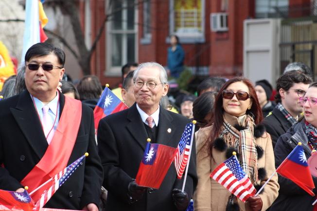 高碩泰夫婦參加遊行,表示期待未來與市府更緊密合作,增進不同族裔的了解。(記者張筠 / 攝影)