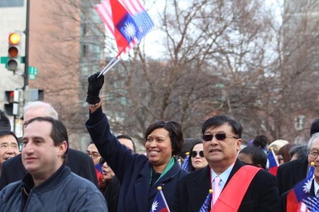 包瑟亮相中國新年遊行,與不同族裔一起迎接中國豬年的到來。(記者張筠 / 攝影)