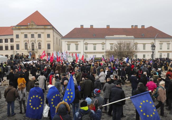 匈牙利總理奧班10發表年度演說時,民眾聚集布達佩斯的政府辦公大樓前抗議當局政策。歐新社