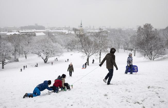 匈牙利總理奧班10日宣布,生下四名或四名以上的匈牙利女性可終生免繳所得稅。圖為布達佩斯兒童冬日玩雪。歐新社
