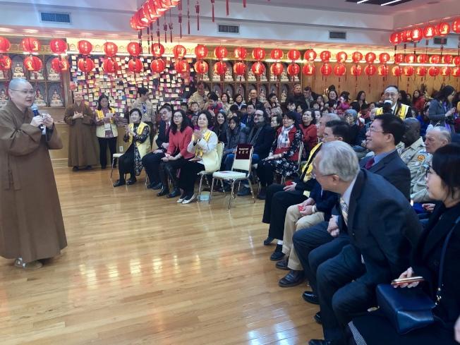 有望法師(左一)感謝社區各界對佛光山的支持。(記者朱蕾╱攝影)