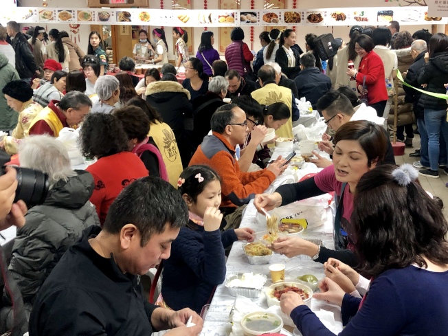 美食廣場吸引眾多民眾。(記者朱蕾╱攝影)