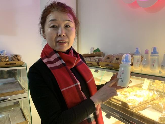 施曉瑋表示,酸奶原料雖然簡單,但想做得好喝,需嚴格控管時間及溫度。(記者賴蕙榆/攝影)
