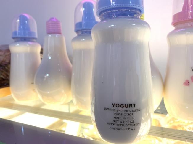 奶瓶酸奶及燈泡酸奶都是施曉瑋的創意。(記者賴蕙榆/攝影)