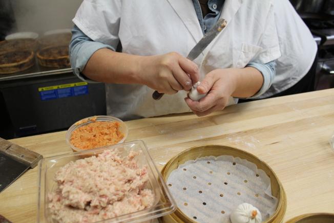 小籠包看著簡單,但做得好吃卻不是易事,有嚴格的製作標準。(記者劉大琪/攝影)