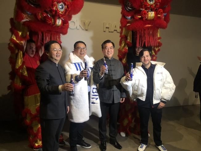 主辦方嘉賓與黃屏(左三)慶祝中國元素登上紐約時裝周舞台。(記者張晨/攝影)