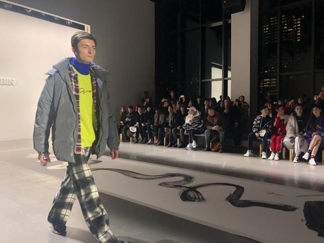 時尚的現代運動元素配合東方濃墨重彩的書法,文化碰撞與交融。(記者張晨/攝影)