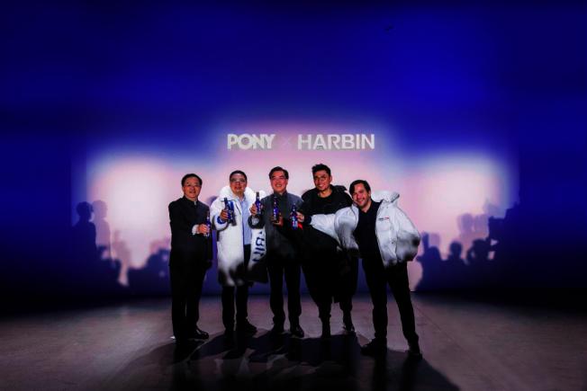 左二起:百威亞太區法律及企業事務副總裁王仁榮、黃屏、車祁、百威全球首席營銷官Pedro Earp慶祝活動。(主辦方提供)