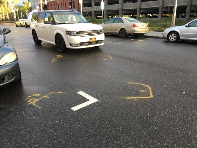 肇事現場有部分警方標記,或與行人被撞有關。(記者啟鉻/攝影)