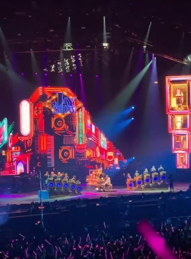 周杰伦在演唱会唱的歌曲几乎都有人会唱,宛如大型KTV包厢一样。(读者提供)