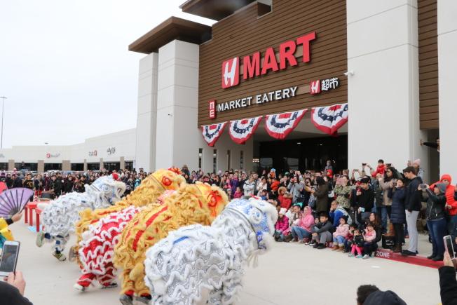 凱蒂亞洲城開發以來第一個農曆年,主辦單位邀請休士頓著名的醒獅團前來賀歲拜年,吸引了數百位民眾圍。(記者封昌明/攝影)