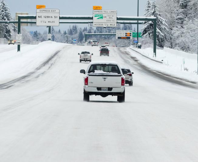 华盛顿州寇克兰的45号州际公路的路面冰封成一片白茫茫。(美联社)