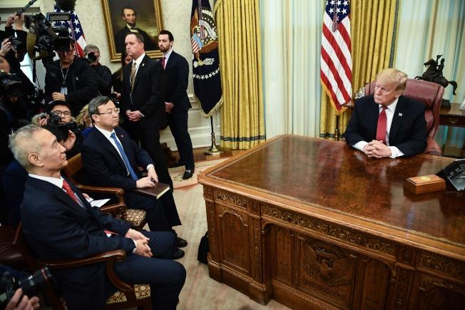 美中經貿談判本周是關鍵期,美國副貿易代表等人10日提前抵達北京,為14日與15日的高階談判做準備。圖為中國副總理劉鶴(左一)上月31日在白宮與川普總統談經貿問題,會中議定2月再談。(Getty Images)