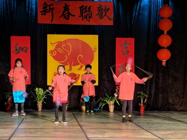 費利蒙中文學校舉辦新春慶祝活動,學生表演扯鈴。(記者李榮/攝影)