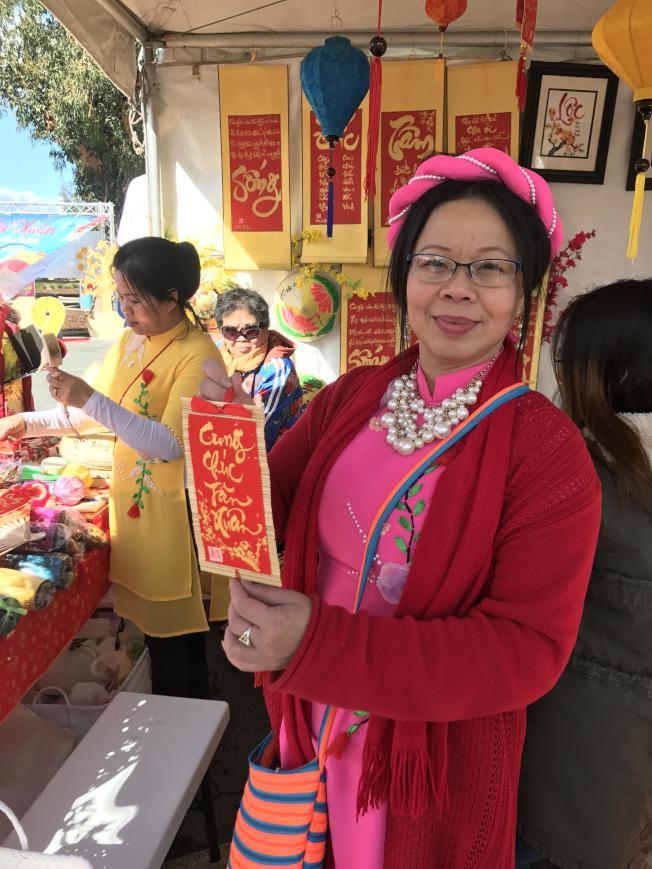 Thanh Hang展示她製作的幸運簽,表達對新年的祝福。(記者梁雨辰/攝影)