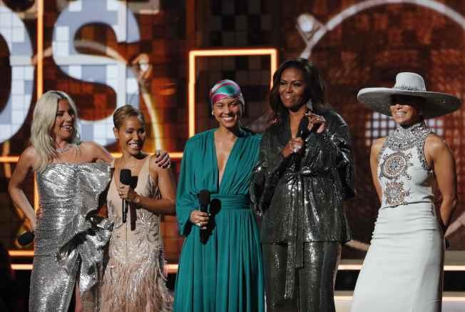 前第一夫人米雪兒‧歐巴馬(右二)現身葛萊美頒獎典禮,驚艷全場;左起依序為女神卡卡、珍妮佛羅培茲、艾莉西亞凱斯、蜜雪兒‧歐巴馬和潔達蘋姬史密斯。(路透)