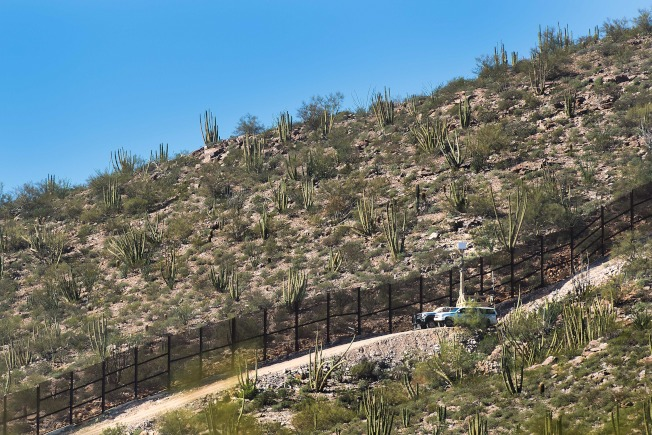 邊境巡邏隊日前在亞利桑納州邊境逮捕325名來自中美洲的非法移民,包括150名未成年人,其中32人是無成人陪伴的兒童。(Getty Images)
