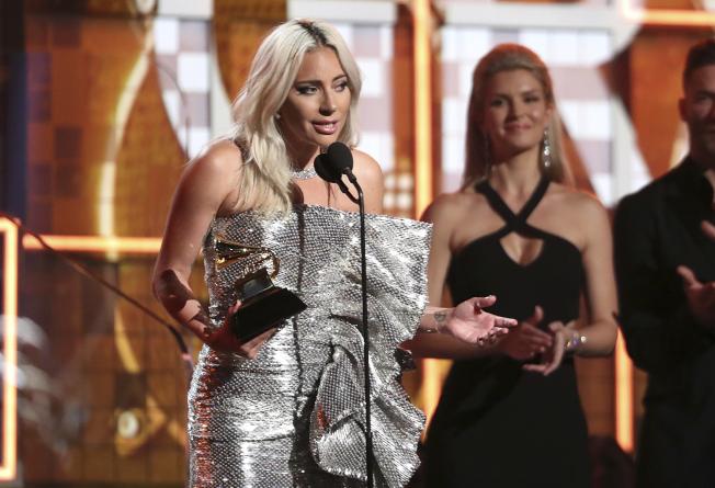 葛萊美獎今頒獎,女神卡卡(Lady Gaga)以電影「一個巨星的誕生」(A Star Is Born)冠軍主題曲「擱淺帶」(Shallow)贏得最佳影視原創歌曲獎,並以「喬安」(Joanne)榮獲最佳流行歌手獎。(美聯社)