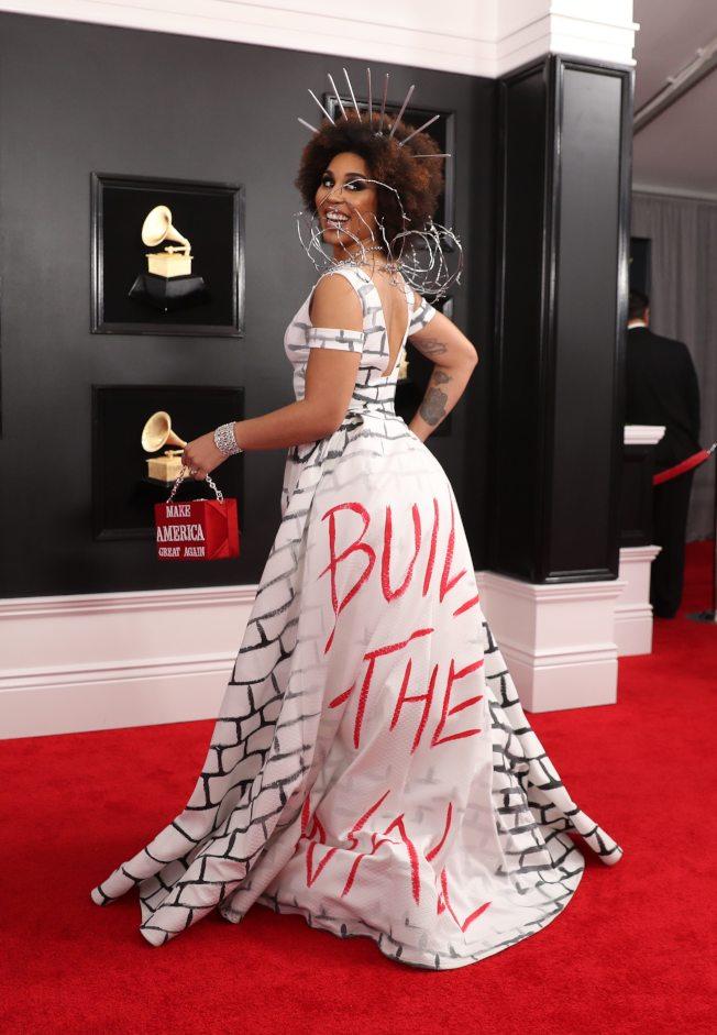 女星喬伊薇拉此次葛萊美獎以白色禮服支持川普築牆政策。(路透)