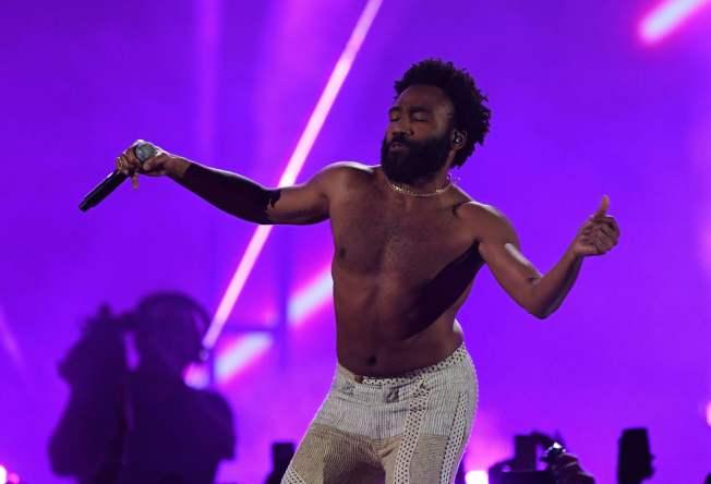 葛萊美獎今頒獎,非裔男星藝名「淘氣阿甘」,他以暗諷槍枝暴力和種族歧視現況的作品「這就是美國」(This Is America)拿下最佳音樂錄影帶獎。(Getty Images)