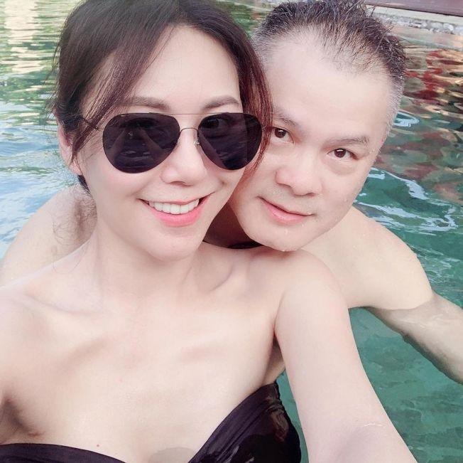 洪曉蕾到峇里島度假,身邊出現一名中年男子,2人在泳池親密貼身。(取材自臉書)