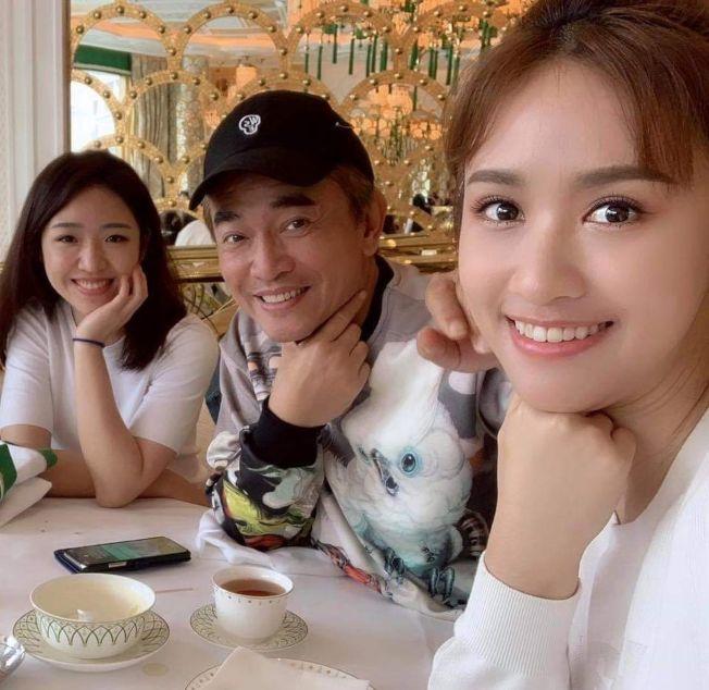 吳宗憲PO出二女兒Vivian(左)照片,引發網友熱議。右為他的大女兒Sandy。(取材自臉書)