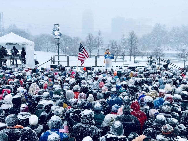 大批支持者10日在明尼蘇達州的柯洛布查參議員宣布參加民主黨總統初選的大雪紛飛場面。(Getty Images)