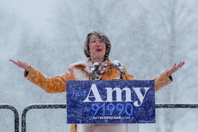 明尼蘇達州參議員柯洛布查10日冒著大雪宣布角逐總統大位。(路透)
