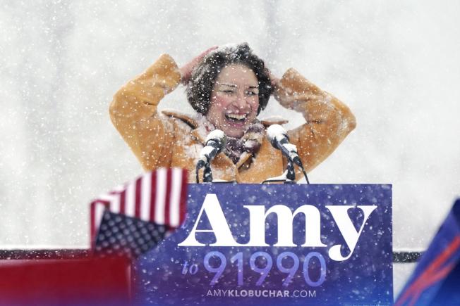 明尼蘇達州參議員柯洛布查10日冒著大雪宣布角逐總統大位。(美聯社)