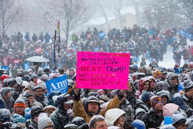 2020總統大選,民主黨初選已經展開,目標全力集中要挫敗川普。圖為10日在明尼蘇達州柯洛布查的造勢場合中,批評川普的標語在雪地中異常醒目。(美聯社)