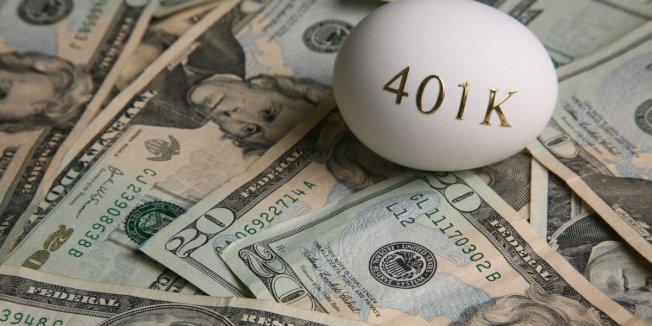 有些人想在401(k)或IRA提出大筆錢來償還房貸或其他債務,但專家警告,不要在一年內大量提款,因這會引發巨額稅單,甚至使應繳稅率升高。(取自推特)