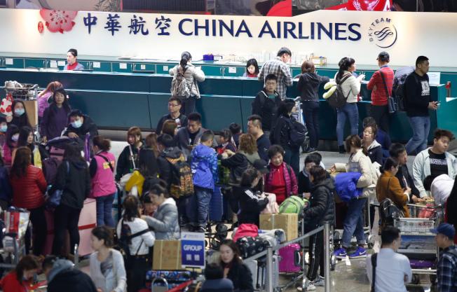 由於第一次勞資談判沒有結論,華航機師持續罷工,桃園國際機場公司表示,桃園機場預估今天有9個出境航班及13個入境航班,共22個航班取消,受影響旅客約3893人,上午仍有不少旅客在華航櫃台前等候。記者鄭超文/攝影