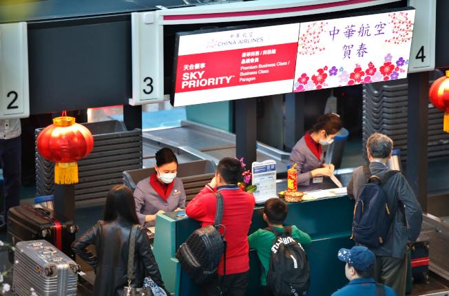由於第一次勞資談判沒有結論,華航機師持續罷工,桃園國際機場公司表示,桃園機場預估今天有9個出境航班及13個入境航班,共22個航班取消,受影響旅客約3893人,上午有旅客在華航櫃台辦理報到手續。記者鄭超文/攝影