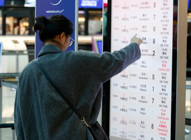由於第一次勞資談判沒有結論,華航機師持續罷工,桃園國際機場公司表示,桃園機場預估今天有9個出境航班及13個入境航班,共22個航班取消,受影響旅客約3893人,上午有旅客在華航櫃台前查閱航班資訊。記者鄭超文/攝影