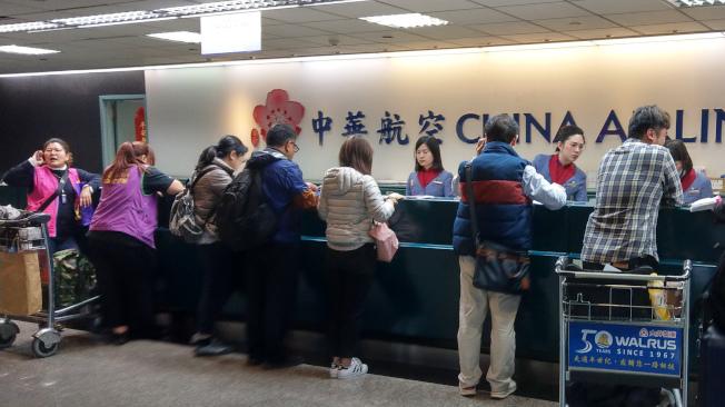 由於第一次勞資談判沒有結論,華航機師持續罷工,桃園國際機場公司表示,桃園機場預估今天有9個出境航班及13個入境航班,共22個航班取消,受影響旅客約3893人,上午有旅客在華航櫃台辦理手續。記者鄭超文/攝影