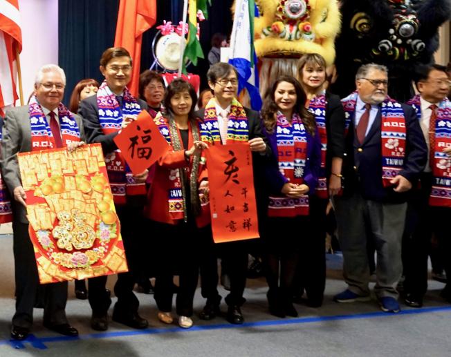 駐洛杉磯經文處處長朱文祥(左二)在「洛杉磯各界新春聯歡團拜」致詞時用年獸類比中國大陸。(記者陳開/攝影)