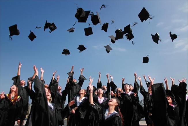 許多大學畢業生不找工作,住在家裡依賴父母,逐漸成為啃老族。(pexels)