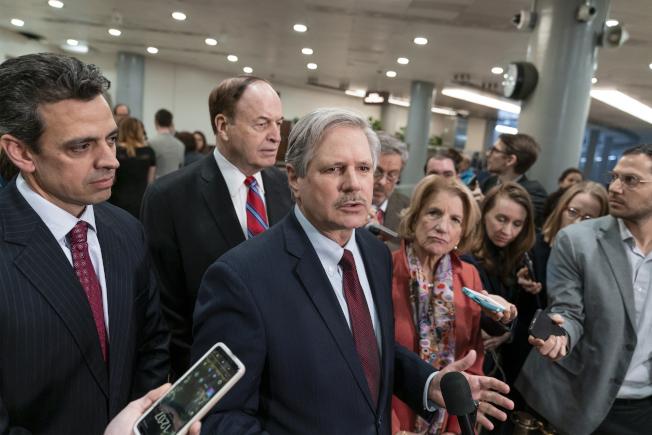 共和黨參議員John Hoeven(中)連同其他幾位共和黨議員,在聽取官員簡報美墨邊境情況後,接受媒體訪問,表示致力與民主黨達成協議防止政府再度關門。   美聯社