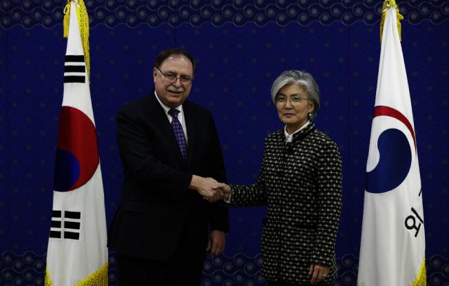 美國談判代表貝茲(左)10日在南韓外交部與部長康京和,議定防衛費分攤協定。(歐新社)